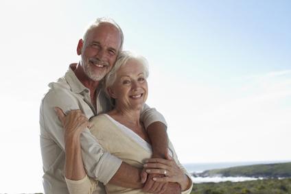 Besonders von Scheidenpilu betrofen sind Frauen in den Wechseljahren; älteres Paar; der Mann nimmt die Frau liebevoll in den Arm