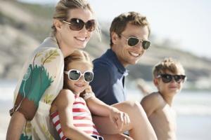Sommer, Sonne, Spaß – so sollte der Urlaub sein, ganz ohne Scheidenpilz; lachende, glückliche Familie am Strand