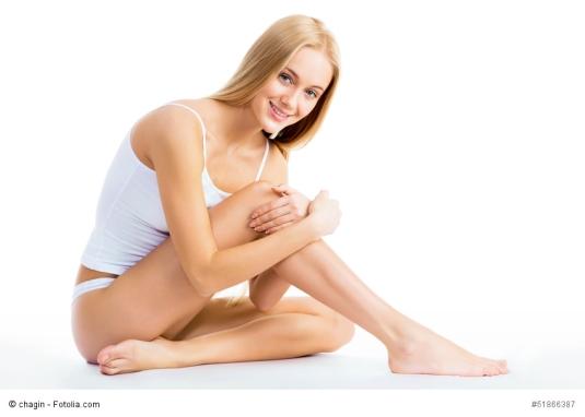 Scheidenpilz kann jede Frau treffen; lächelnde Frau in Unterwäsche