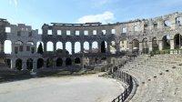 Im Amphitheater in Pula finden im Sommer Festivals statt.jpg