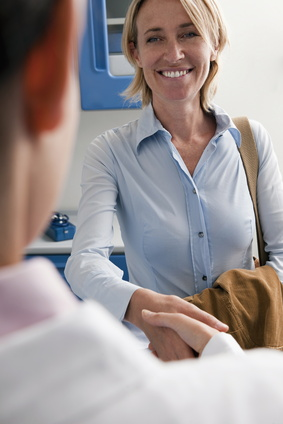 Mit geübtem Auge erkennt die Frauenärztin einen Scheidenpilz; Frau schüttelt Ärztin lächelnd die Hand
